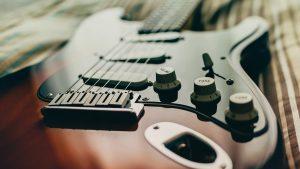 Como é que um captador de guitarra elétrica funciona?